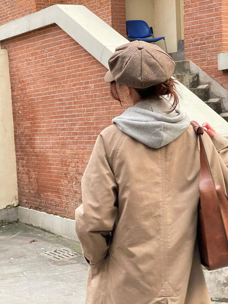 刘诗诗英伦风穿搭女神范十足 戴复古贝雷帽搭长款风衣知性优雅