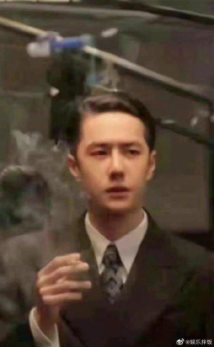 王一博西装背头二八分发型手里拿烟的样子很有魅力复古气质满满!