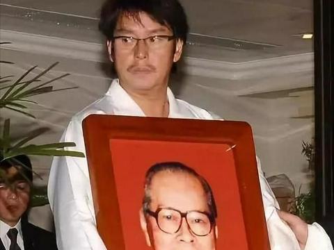谭咏麟,跟妻子丁克,45岁跟情人生子,原配皈依佛门,家产给儿子