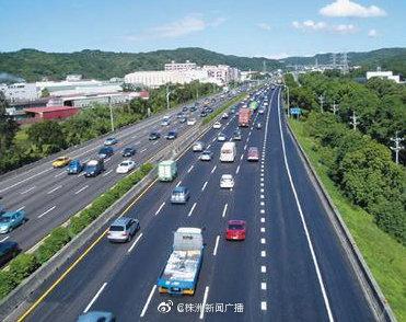 沪昆高速潭邵段湘潭北收费站入口因车流量大造成交通通行缓慢……