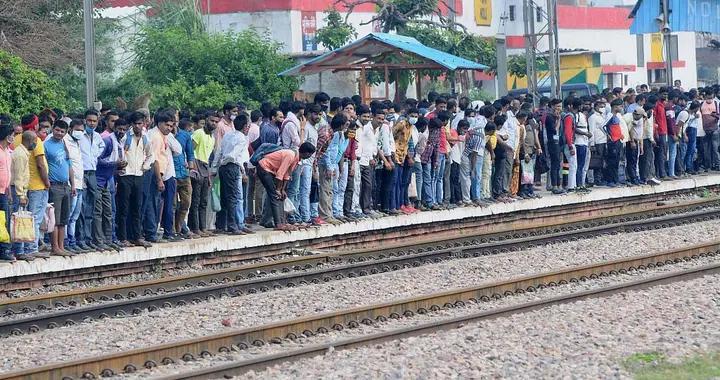 """印度北方邦上千名失业者立""""血书""""要求首席部长解决"""
