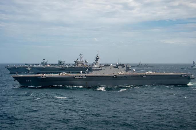 美日航母高调在南海演习 或被解放军军机大规模围观