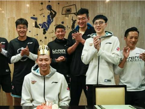 央视5直播广东战深圳,易建联过生日自律,朱芳雨为何总是玩手机