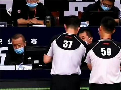 CBA裁判又现争议判罚,王哲林疑似界外接球得分,四川队老总暴怒