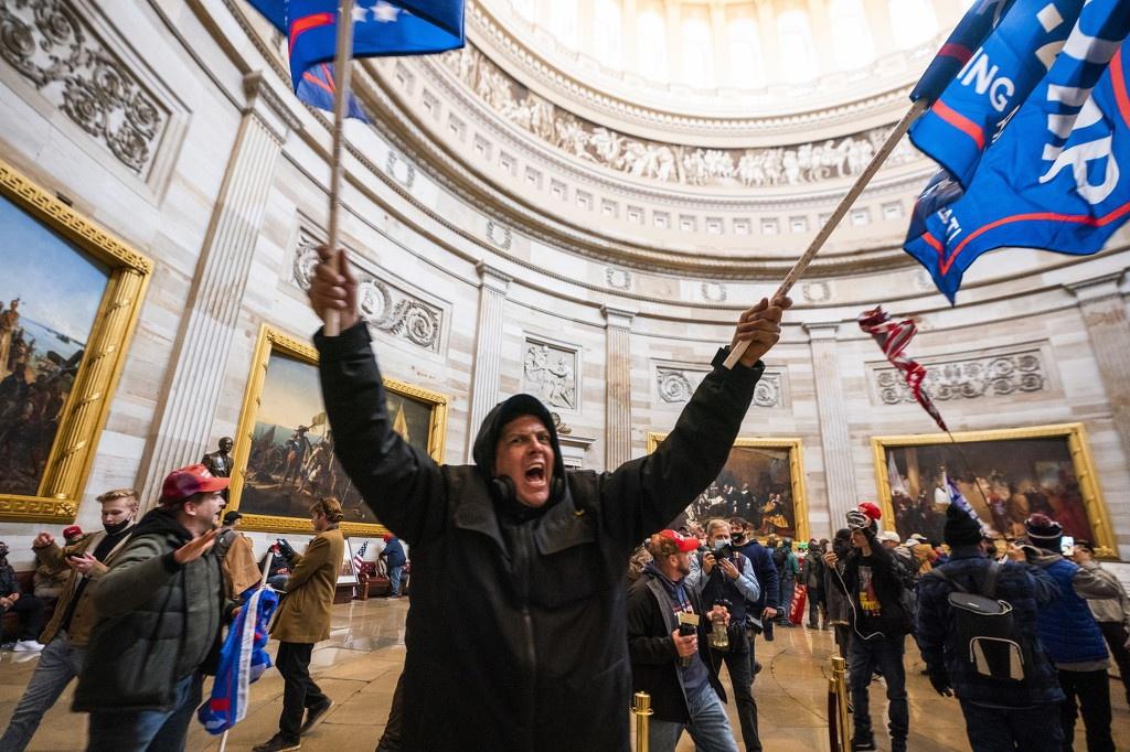 当地时间1月6日,美国华盛顿特区,特朗普支持者冲击国会大厦 图源:澎湃影像