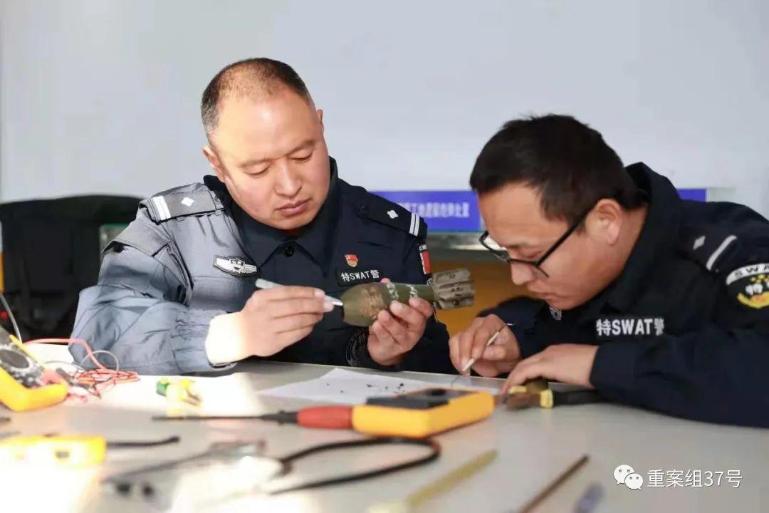 ▲郭保军(左)在与同事学习装备使用。受访者供图