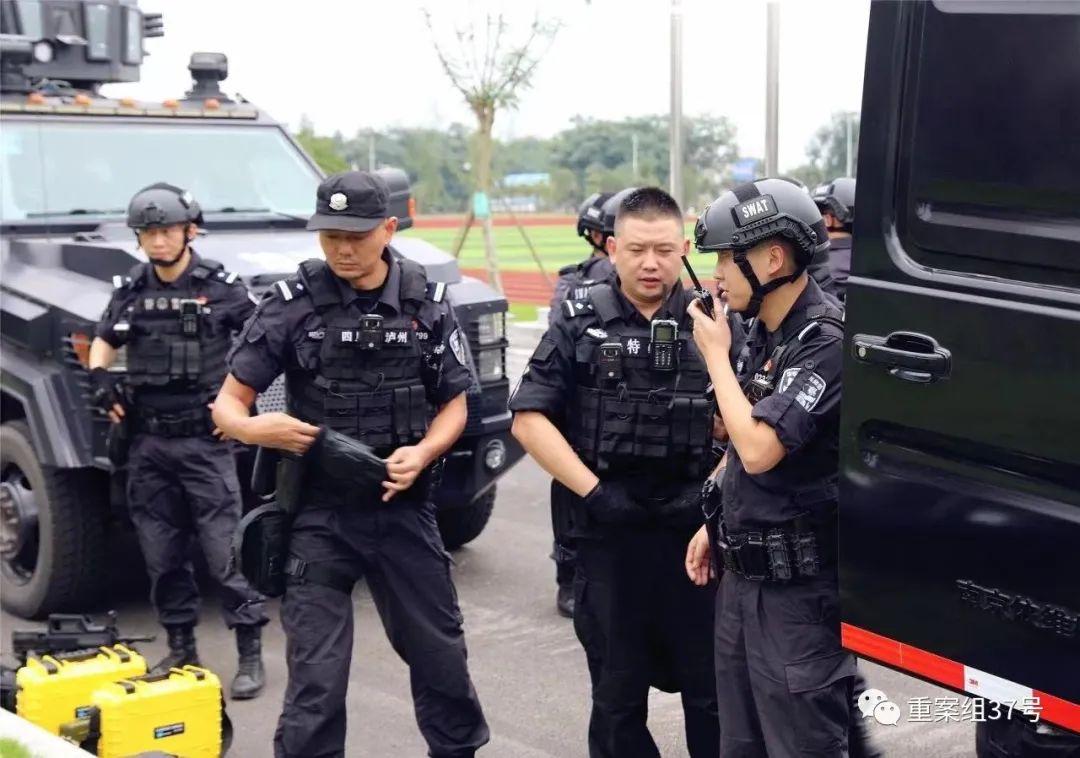 ▲泸州市公安局特警支队排爆手肖龙(左三)在参加特警队的日常训练 。受访者供图