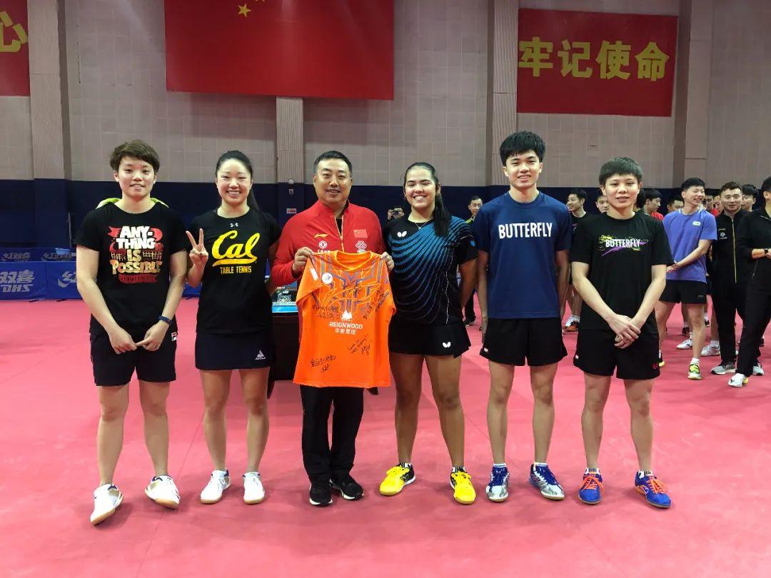 中国乒乓球队在陵水基地为刘国梁朱雨玲庆祝生日,传来欢乐歌声……