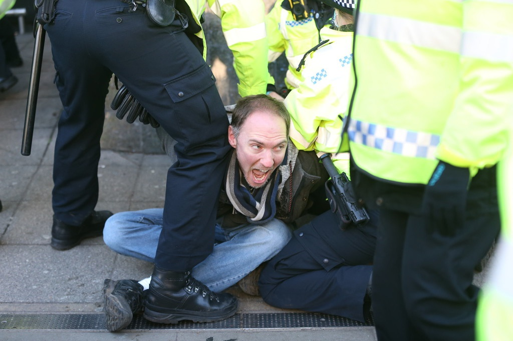 1月9日,英国伦敦民众抗议政府的封城措施,并与警察发生冲突