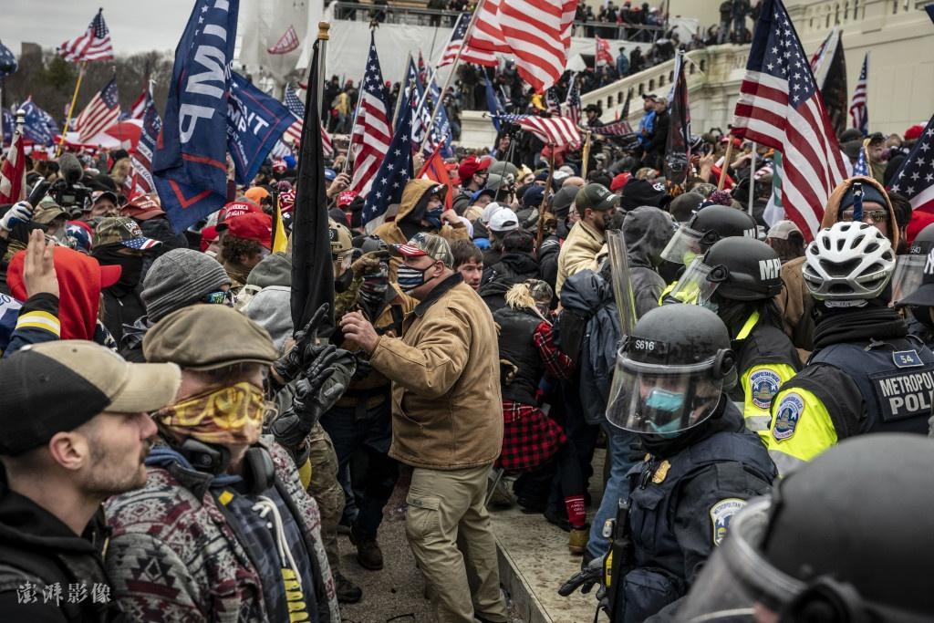 当地时间2021年1月6日,美国华盛顿,特朗普声援者强闯国会山。图自澎湃影像