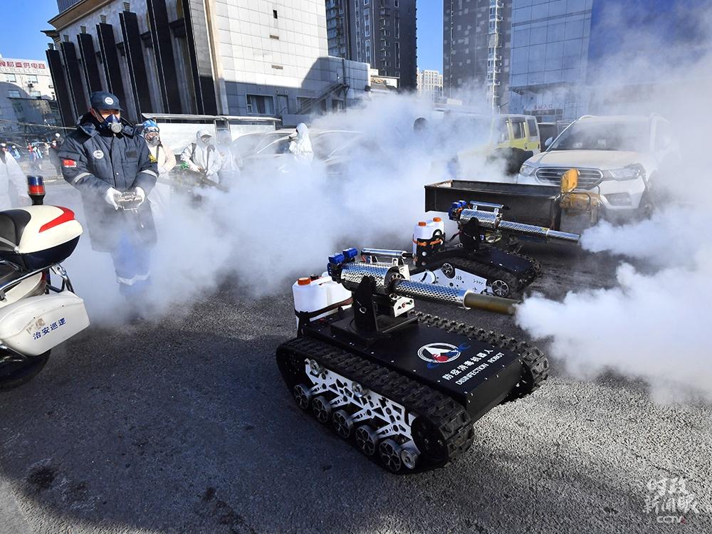 """△1月9日,北京岳各庄市场,2台""""坦克""""防疫消杀机器人对市场进行消杀。这种消杀""""新装备""""装有大容量药壶,每小时消杀约10000平方米。"""