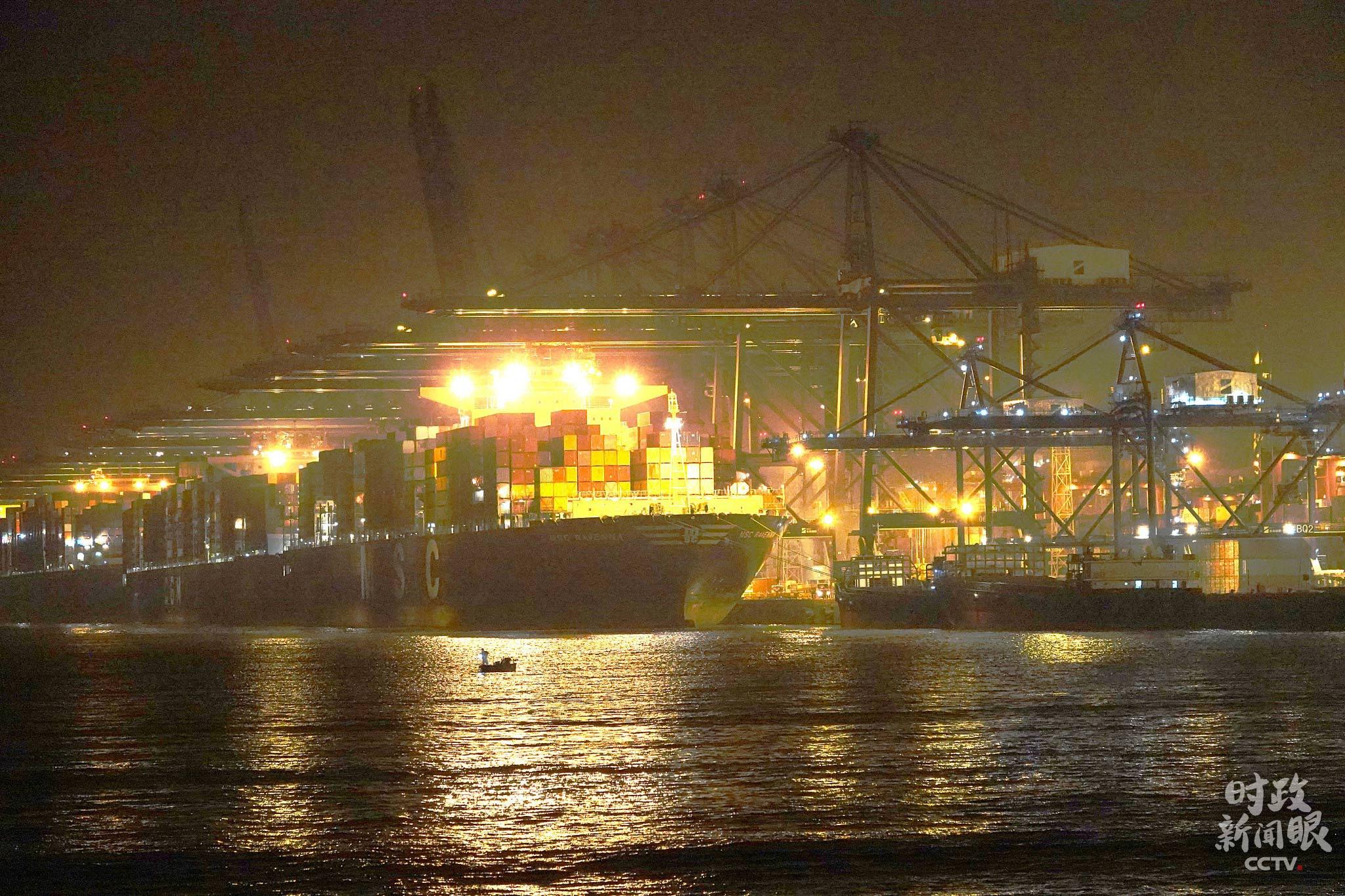 △1月6日晚,深圳盐田港灯火通明。2020年9月,盐田港单月吞吐量超146万标箱,刷新全球单一码头单月吞吐量纪录。