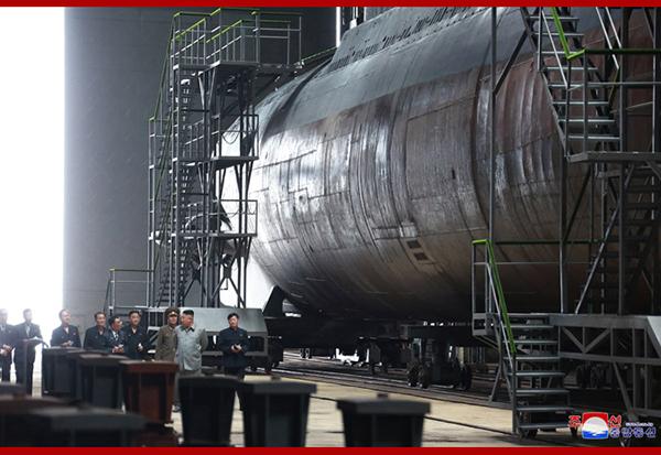朝鲜最高领导人金正恩视察建造中的新型潜艇。