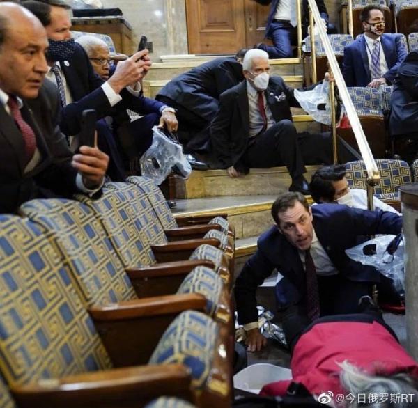 示威者冲进国会时,慌乱的议员。图片来源:今日俄罗斯