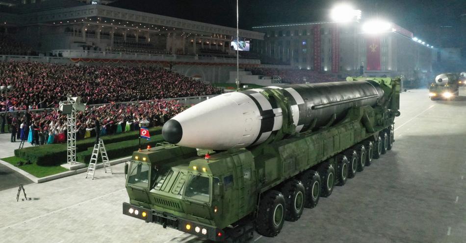 """朝鲜展示的新型洲际导弹,其发射车尺寸比""""火星-15""""导弹发射车大。"""
