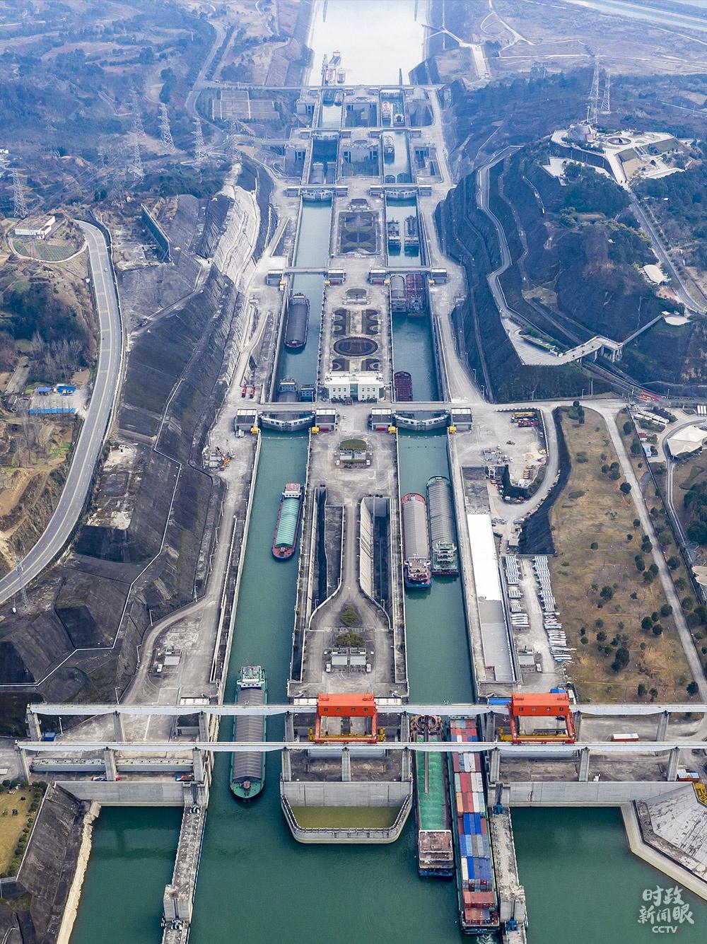 △1月10日,湖北宜昌,船舶有序行驶在三峡五级船闸。