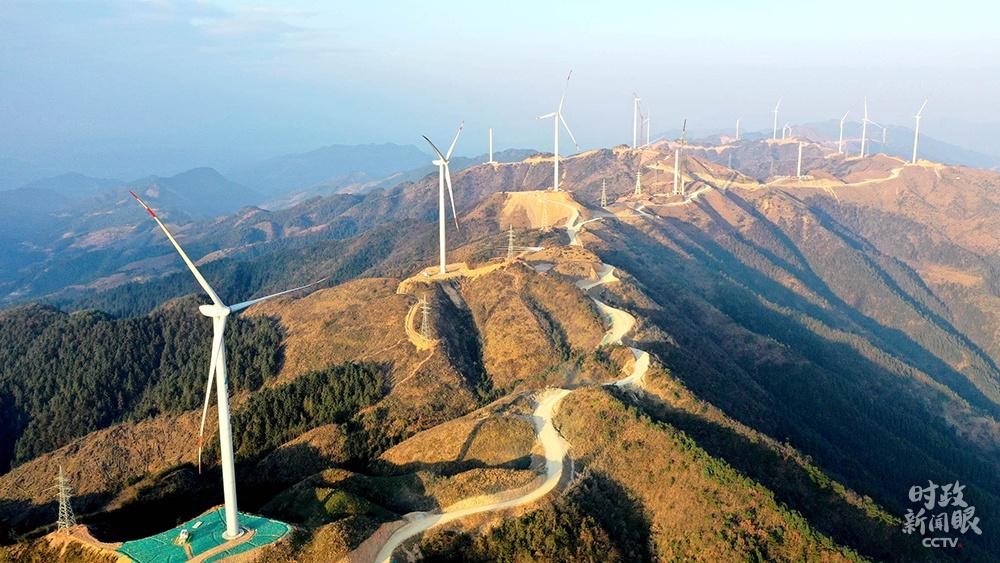 △广西柳州,三江侗族自治县大力发展清洁能源产业,一字排开的风力发电机成为侗乡新地标。