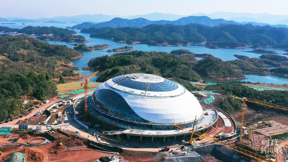 △1月10日,浙江杭州,2022年亚运会淳安场地自行车馆正加紧建设中,争取今年3月底前完成竣工验收。