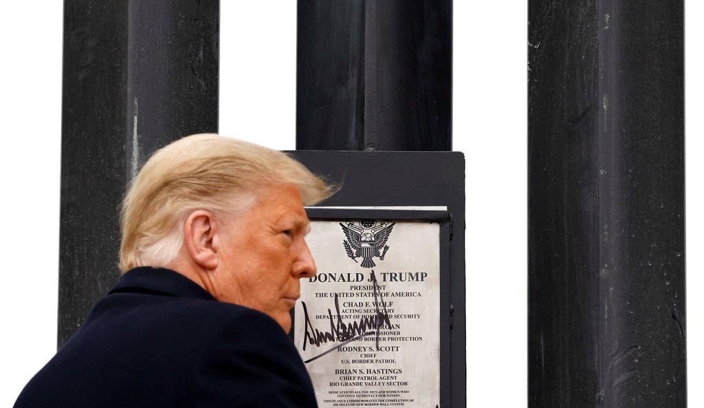 特朗普在边境墙上签名 图自澎湃影像