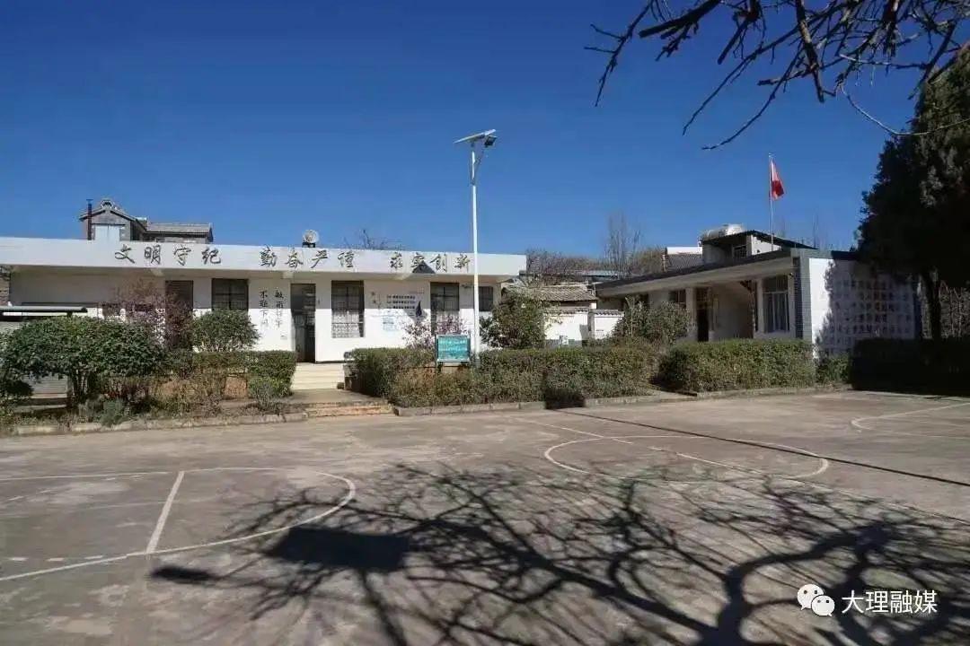 进校门之后映入眼帘的是一排平房,有三个房间,从左到右依次是厨房、活动室和教室。