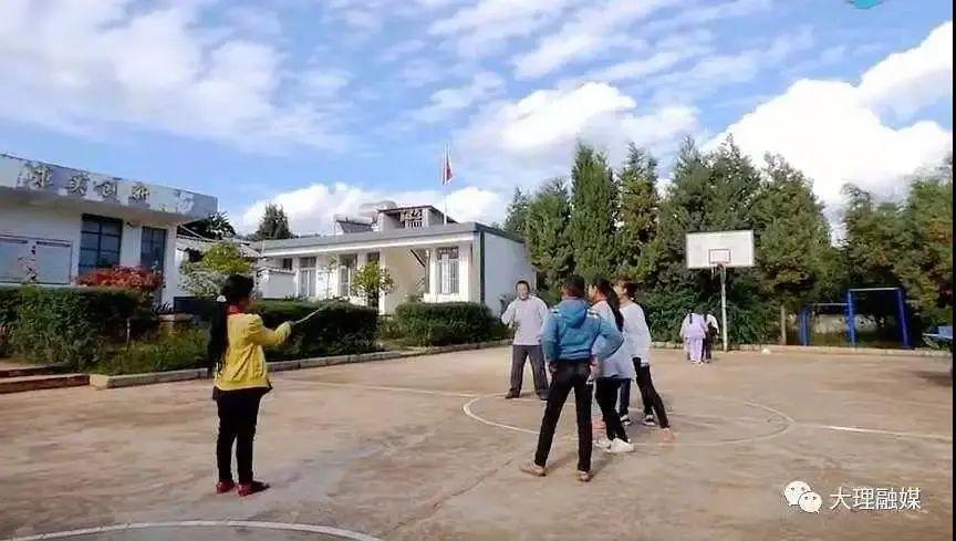 李伟和学生们的课外活动(旧照)