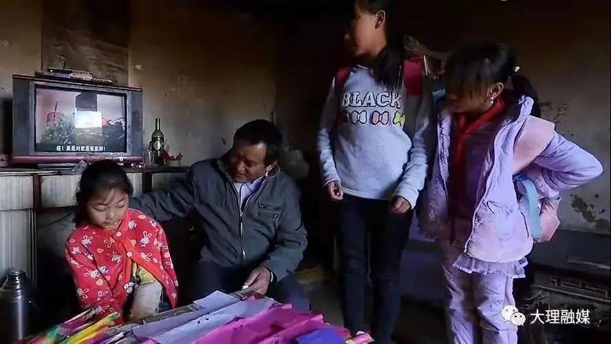 李伟到学生家中家访