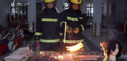 """视频截图本文图片均为""""上海消防""""微信公号 图"""