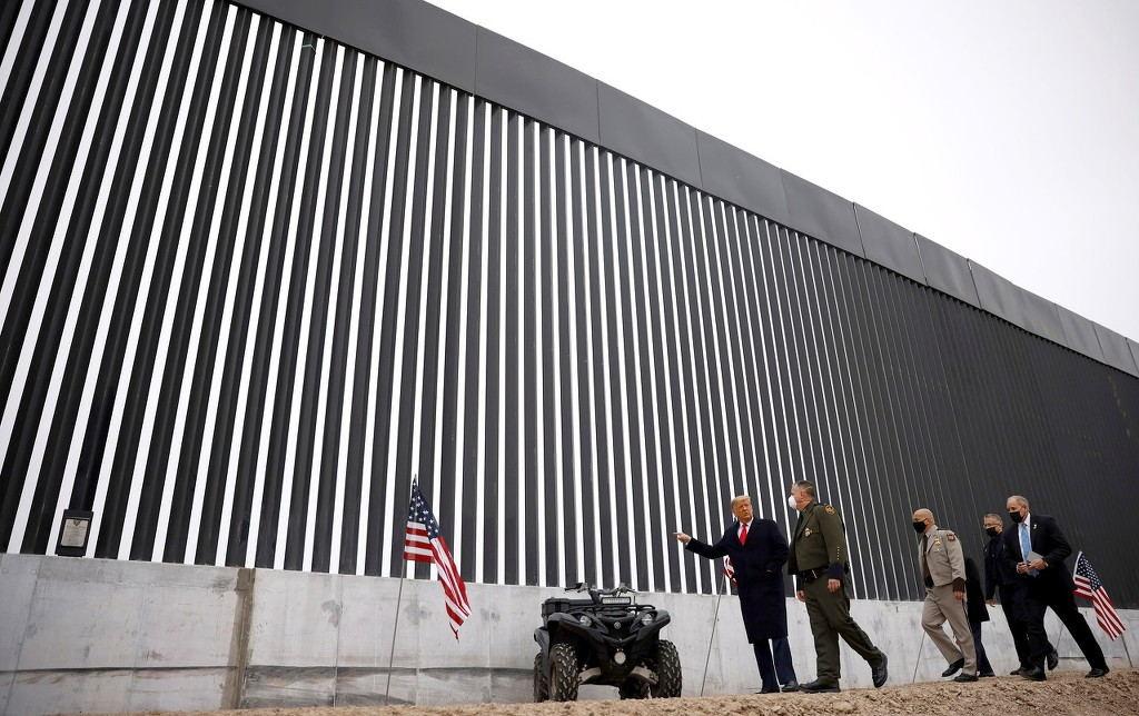 特朗普视察边境墙 图自澎湃影像
