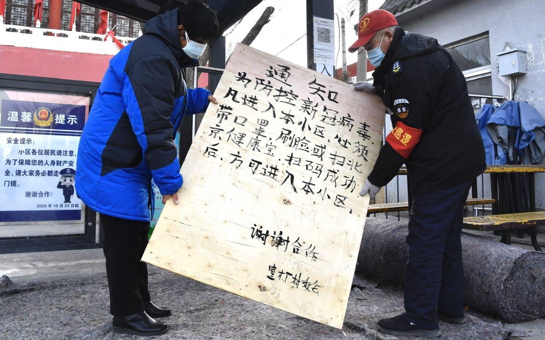 1月12日,通州区皇木厂村,做事人员将挑示牌放在村口隐微位置。 开心愉悦婷婷五月记者 吴宁 摄