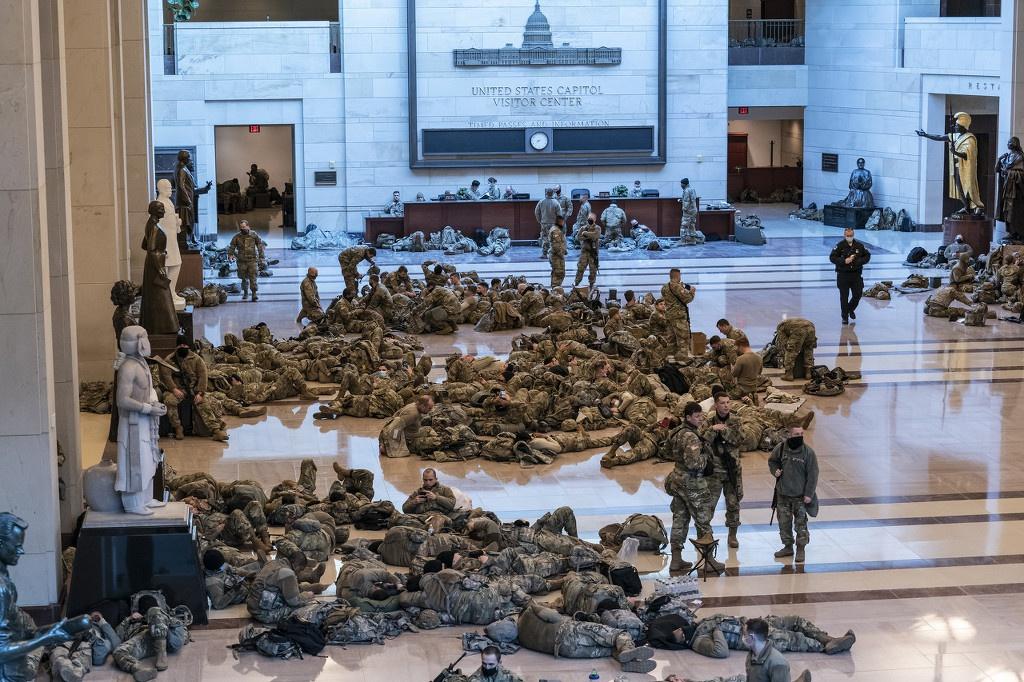 大批国民警卫队驻扎美国首都,睡在国会大厦,图自澎湃影像