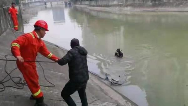 图说:共享单车被打捞上岸。