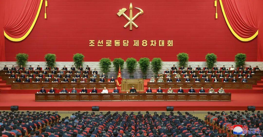 ▲这张朝中社1月13日挑供的图片表现的是朝鲜做事党第八次代外大会12日会议的现场(新华社)