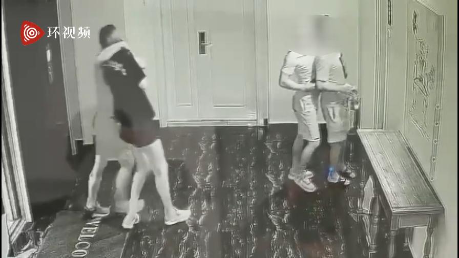 监控画面显示,一男一女被两人挟持进了房间内