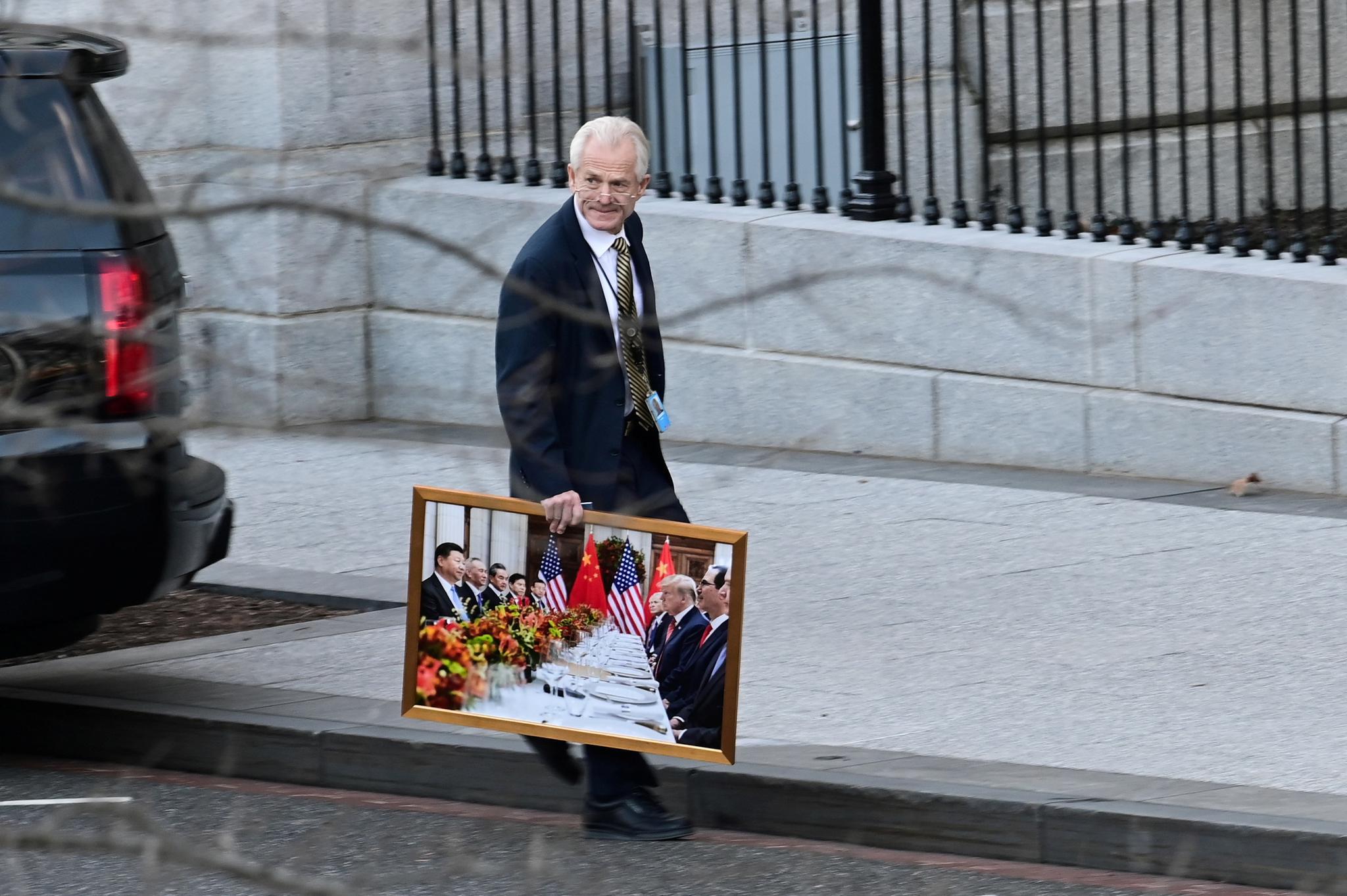 白宫贸易顾问纳瓦罗走出白宫:拎着一张涉华照片