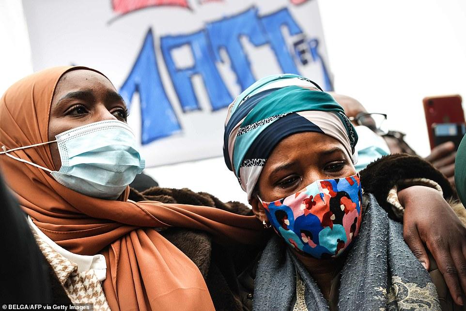 巴瑞尔母亲(右)在抗议现场,图源:法新社