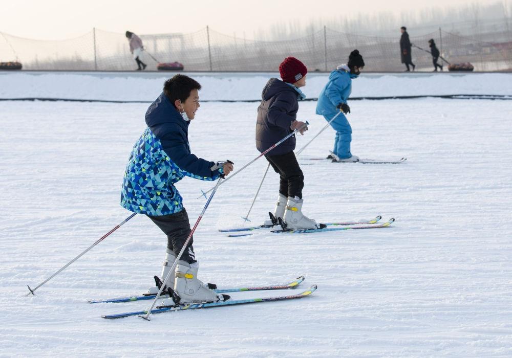 2020年1月4日,宁夏回族自治区第五届全域旅游冰雪嘉年华在银川开幕。不少市民和游客前来体验冰雪运动的乐趣。新华社发(杨植森 摄)