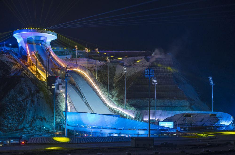 """这是位于河北省张家口市崇礼区的国家跳台滑雪中心""""雪如意""""点亮效果(无人机照片,2020年12月19日摄)。新华社发"""