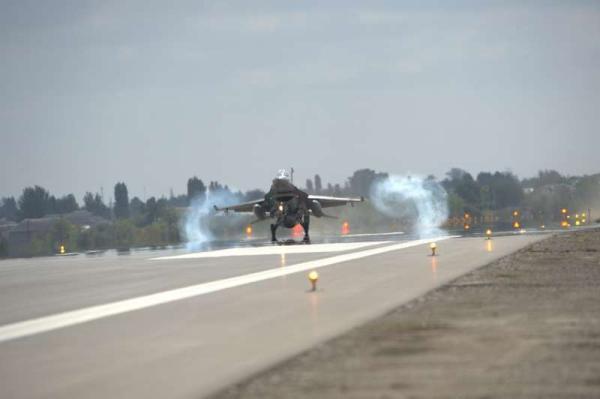 阿塞拜疆国防部发布的,土耳其F-16战机进驻该国基地的照片