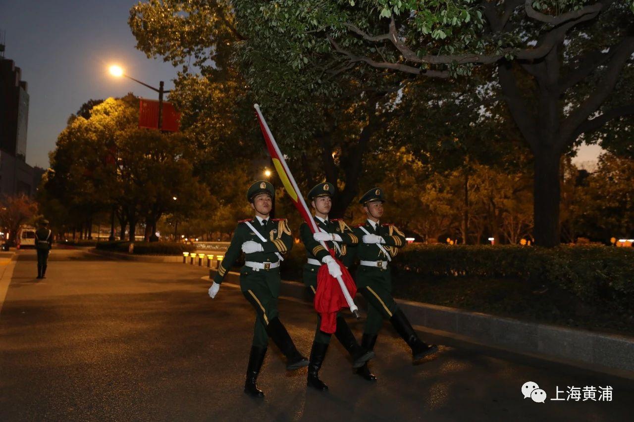 新年首日,两场升旗仪式在上海人民广场与历史博物馆前举行