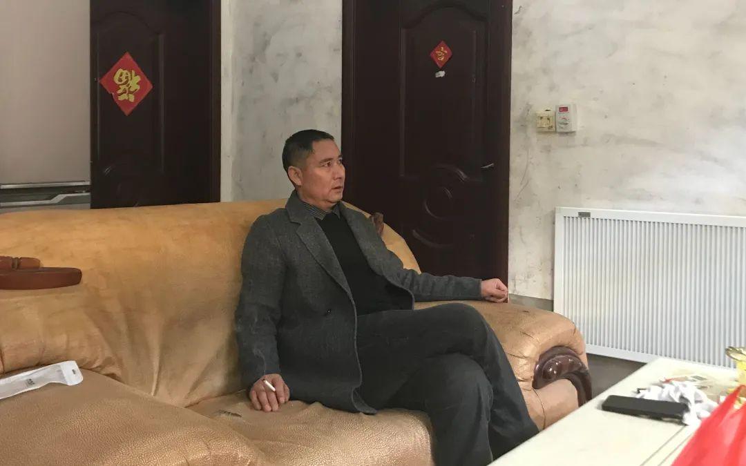2020年12月27日,韩平军坐在自家客厅。新京报记者 张惠兰 摄