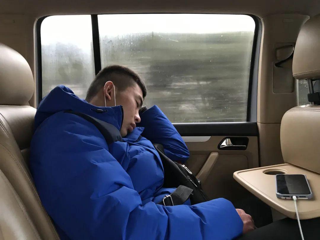 12月28日,韩全新去郑州和生父母见面,回济源的路上睡着了。新京报记者 张惠兰 摄