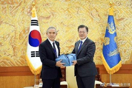 美国驻韩大使哈里斯离任 文在寅临别赠送韩国烧酒