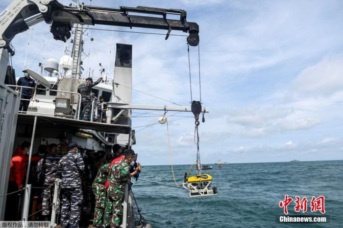 印尼坠海客机搜救工作结束 黑匣子搜寻仍将继续