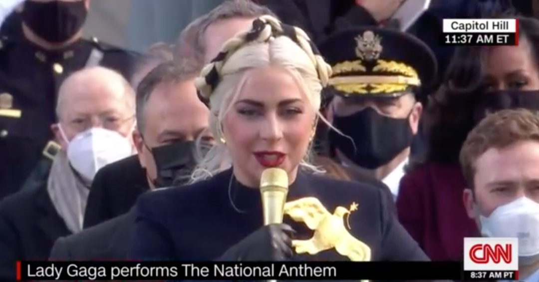 Lady Gaga唱美国国歌。/CNN视频截图