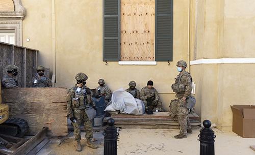 美媒:美国民警卫队士兵被赶到停车场休息,数千人共用一个插座和厕所