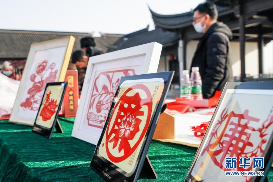 1月14日,江苏省连云港市灌云县纪委监委在当地同兴镇梅园文化广场举行廉政文化进乡村活动。这是在活动现场拍摄的廉政主题剪纸。 新华社记者 李博 摄