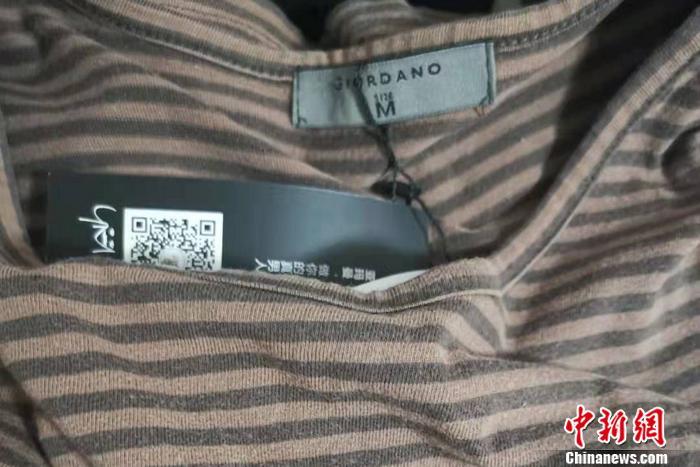 图为抽到的盲盒衣服。 中新网记者 谢艺观 摄