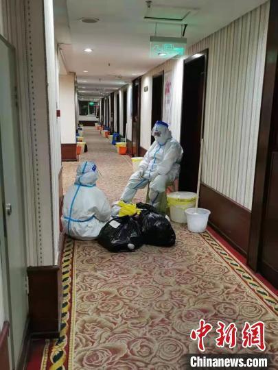 孙琦和同事在隔离点走廊里休息 受访者孙琦供图