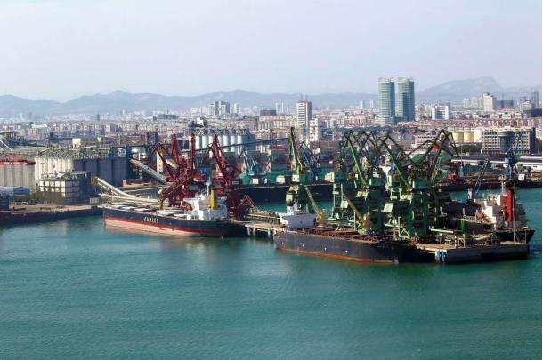 △图为日照港口货物装卸现场
