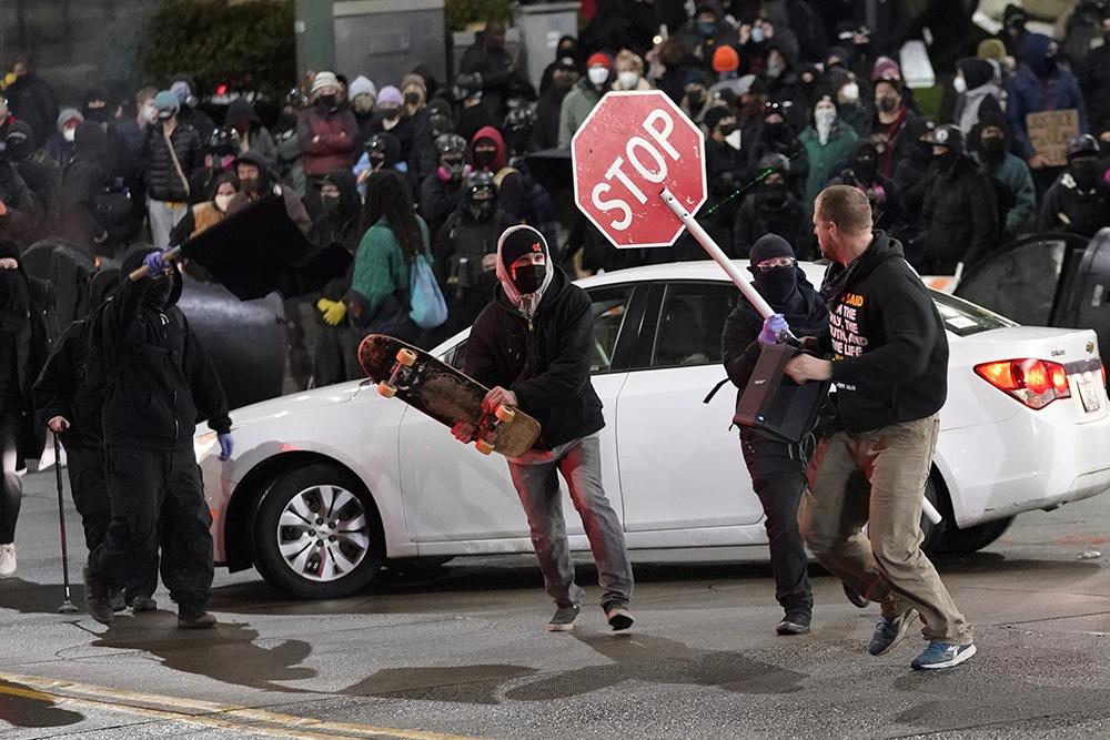 早安·世界|美国华盛顿州发生警车冲撞平民事件后爆发抗议